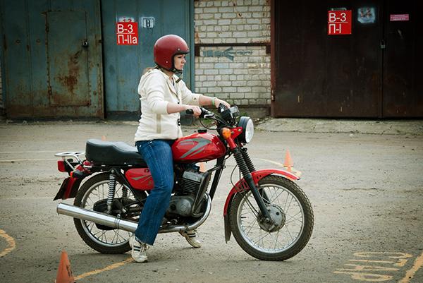 Процесс обучения. Девочки-мотоциклистки группы № 12